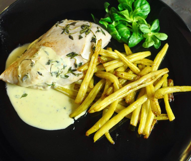 Chicken breast with yellow beans and thyme sauce