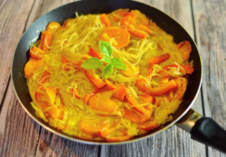 Nudlar med currysås