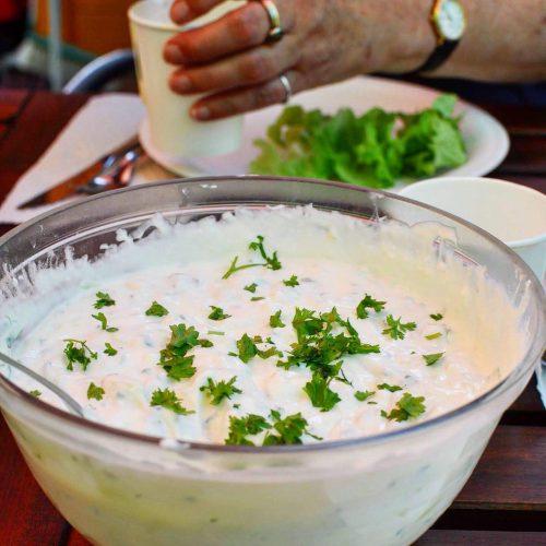 En stor skål med tzatziki